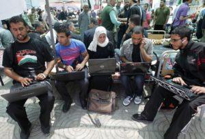Activistas palestinos negándose a dejar sus computadores y bienes proporcionados por el sionismo