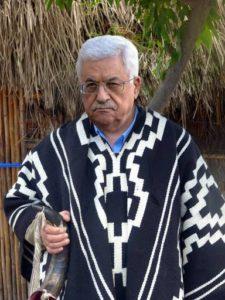 Mahmoud Abbas luciendo indumentaria mapuche característica del pueblo palestino