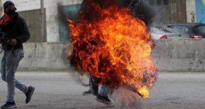 Palestino explota del enojo durante manifestación en Jerusalem