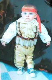 El pequeño Mohamed aterrorizado con sus disfraz de terrorista y cinturón bomba autografiado por Arafat