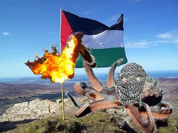 Ahmed amenazante sosteniendo una bomba mólotov.