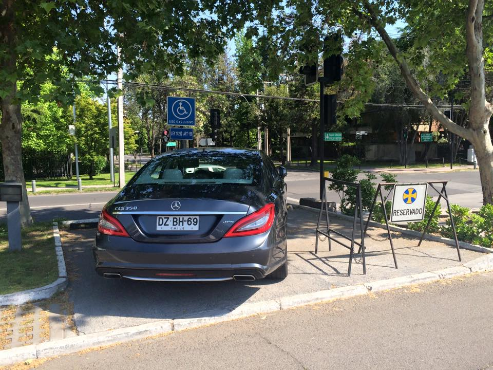 Ocupación ilegal de estacionamientos en Borde Río
